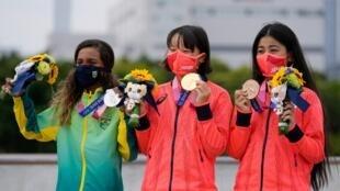 De izquierda a derecha, la medallista de plata Rayssa Leal de Brasil, la medallista de oro Momiji Nishiya de Japón, y la también japonesa medallista de bronce Funa Nakayama, tras las finales femeninas de 'street' en los Juegos Olímpicos de Tokio 2020, en Japón, el 26 de julio de 2021.