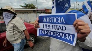 Un manifestante marcha durante una protesta contra el presidente de Nicaragua Daniel Ortega. 2/9/18