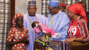 Le président nigérian Muhammadu Buhari a reçu Amina Ali et son bébé au palais présidentiel, à Abuja le 19 mai 2016.