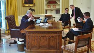 Donald Trump au téléphone avec le roi d'Arabie saoudite le 29 janvier 2017.