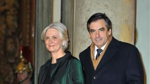 Le Canard Enchaîné affirme que Penelope Fillon a bénéficié d'un emploi fictif auprès de son mari François Fillon.