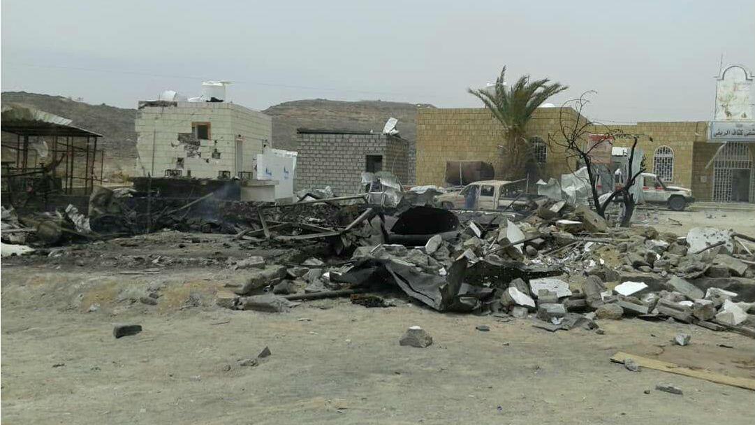 El daño producido por el misil que impactó en una estación de servicio frente a la entrada del hospital rural de Kitaf, en Yemen, se muestra en esta imagen obtenida de las redes sociales el 27 de marzo de 2019.