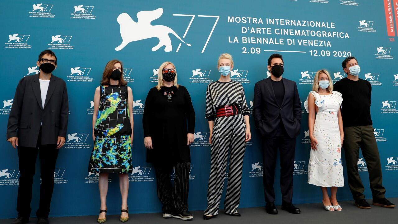 Cate Blanchett (centro) preside el jurado calificador de la 77° edición del Festival de Cine de Venecia.