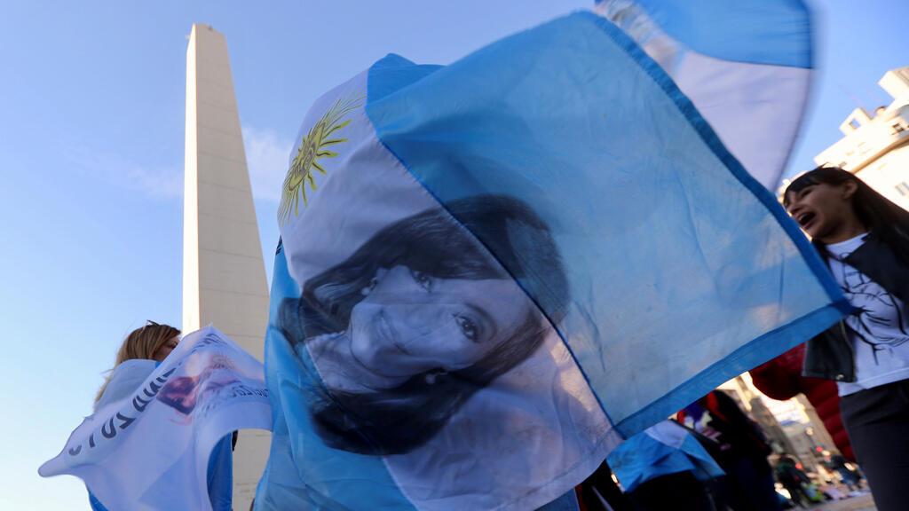 Un partidario de la expresidenta argentina Cristina Fernández de Kirchner agita una bandera argentina con su imagen durante una manifestación en Buenos Aires, Argentina el 28 de agosto de 2018.