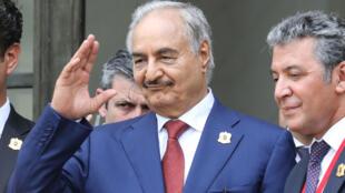 Le maréchal Khalifa Haftar, sur le perron de l'Élysée, lors de la Conférence internationale sur la Libye le 29 mai 2018, à Paris.