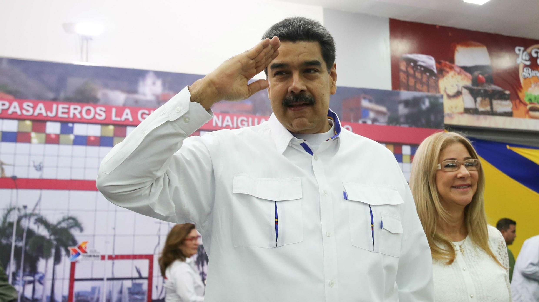 El presidente de Venezuela, Nicolás Maduro, acompañado de la primera dama, Cilia Flores (d), mientras participa en un acto de gobierno, en La Guaira, Venezuela, el 20 de agosto de 2019.