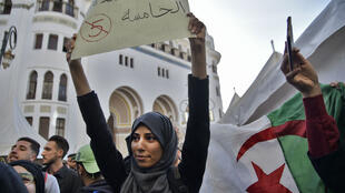 Des étudiants algériens défilent dans la capitale pour protester contre un cinquième mandat du président Abdelaziz Bouteflika, le 5 mars 2019.