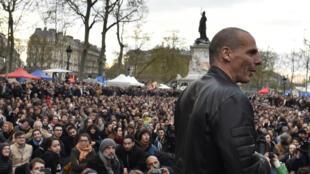 L'ex-ministre grec de l'Economie, Yanis Varoufakis, devant l'assemblée générale de Nuit debout, place de la République à Paris, le 16 avril 2016.