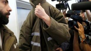 الموظف القنصلي الفرنسي رومان فرانك يخفي وجهه لدى مثوله أمام محكمة بئر السبع - 19  مارس/آذار 2018