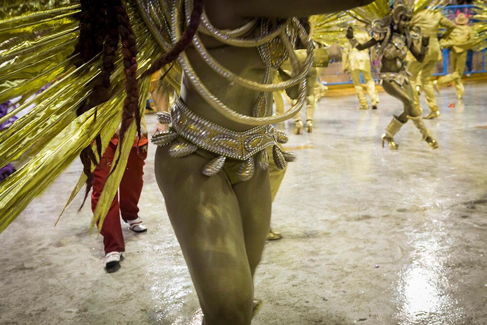 Los 'passistas' son los embajadores del samba y, a diferencia de los otros miembros de la escuela, bailan a lo largo de todo el desfile en el sambódromo. Escuela Viradouro (Carnaval 2019).