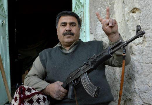 Comme beaucoup d'habitants qui ont fait le choix de rester, Mohammed garde avec lui une arme à feu en permanence.