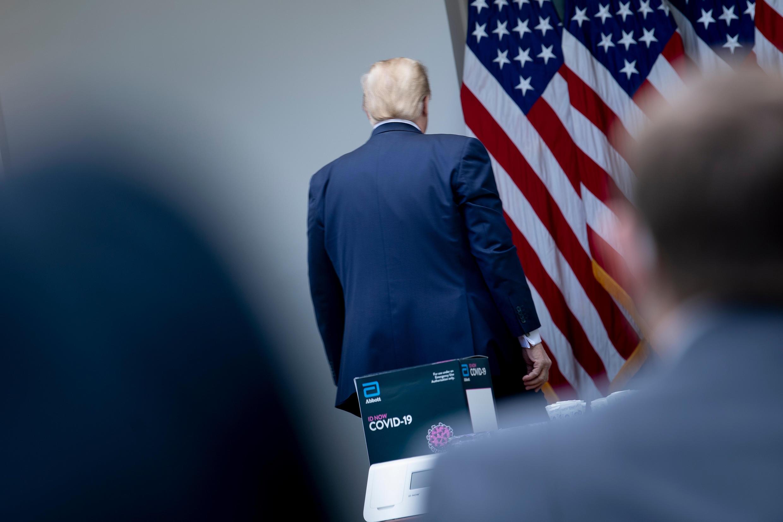 El presidente de Estados Unidos, Donald Trump, deja una conferencia de prensa en la Casa Blanca, en Washington, el 11 de mayo de 2020