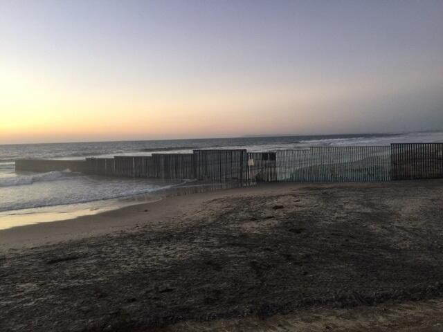 الجدار الحدودي العازل يبدأ من شاطئ البحر ويمتد على آلاف الكيلومترات
