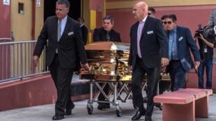 El ataúd con el cuerpo del cantante José José mientras era ingresado al Auditorio del Condado de Miami-Dade, en donde le rindieron homenaje en Estados Unidos el 6 de octubre de 2019.