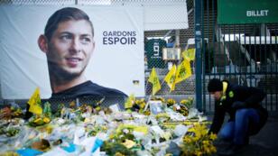 Des fleurs posées à l'entrée du Stade de la Beaujoire à Nantes, le 30 janvier 2019, devant le portrait du buteur argentin.