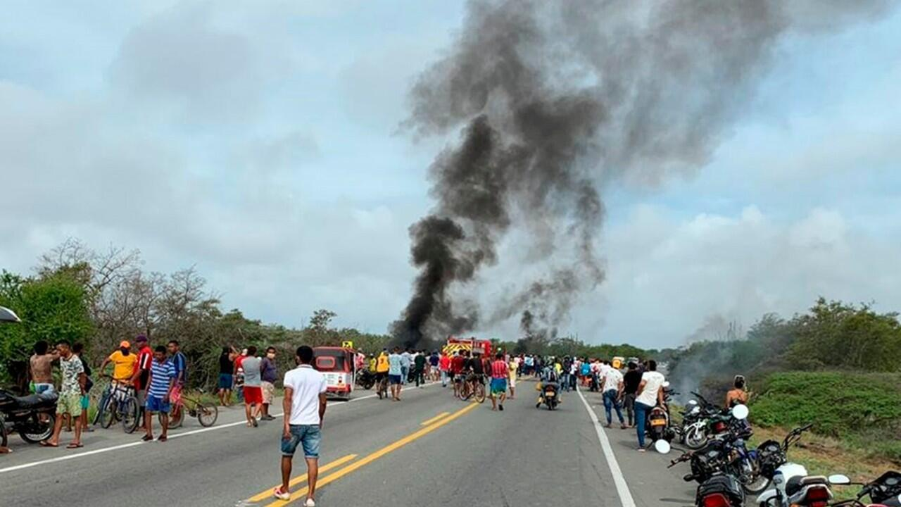 Imagen tras la explosión de un camión que transportaba gasolina y que dejó al menos 7 personas muertas y decenas de heridos, en Pueblo Viejo, Magdalena, Colombia, el 6 de julio de 2020.
