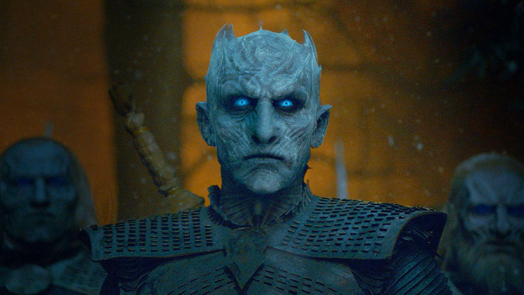El Rey de la Noche parece invencible hasta que Arya Stark lo apuñala con una daga de acero valyrio. En ese momento, todo su ejército se desmorona.