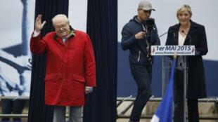 Jean-Marie Le Pen saluant la foule de sympathisants, le 1er mai 2015, place de l'Opéra.