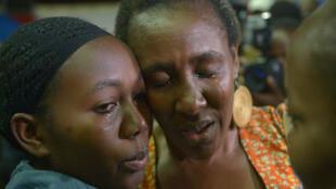 Une mère et sa fille réunies à Nairobi, le 4 avril, après que la jeune fille a survécu à l'attaque de Garissa.