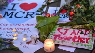 Hommage aux victimes de l'attentat de Manchester, mardi 23 mai 2017.