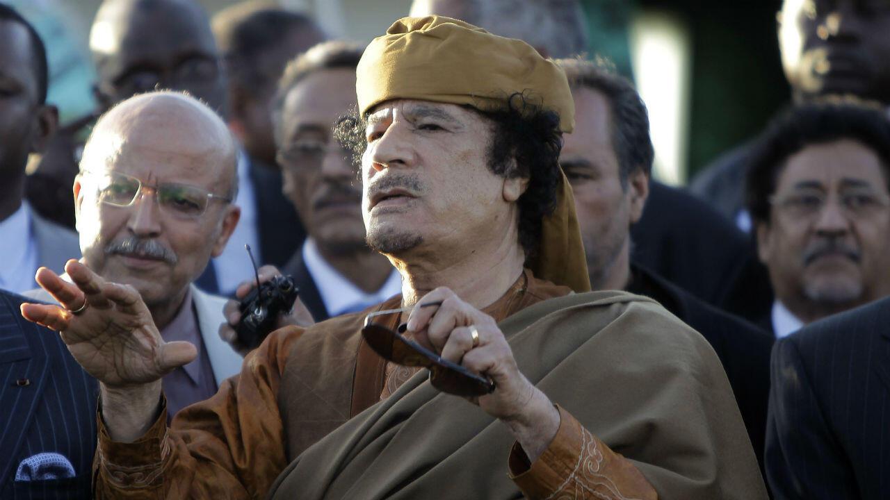 قائد الثورة الليبية العقيد معمر القذافي في مقر إقامته بباب العزيزية بالعاصمة الليبية طرابلس أثناء اجتماعه بوفد من الاتحاد الإفريقي يوم 10 أبريل/نيسان العام 2011 (أ ف ب)