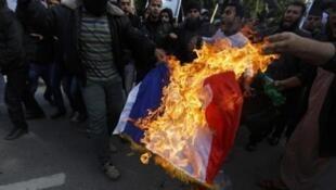 حرق العلم الفرنسي أمام المركز الثقافي الفرنسي في غزة