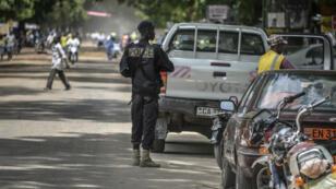 Un policier camerounais patrouille dans les rues de Maroua, dans l'extrême-nord du pays, en septembre 2016.
