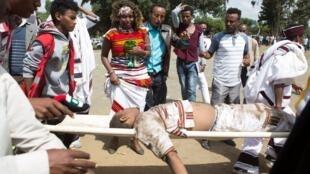 Un blessé est évacué après des heurts entre police et opposants lors du festival d'Irreecha à Bishoftu, le dimanche 2 octobre 2016.