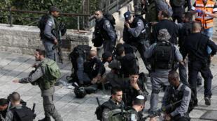 Des gardes-frontières israéliens après une attaque au couteau dans la vieille ville de Jérusalem, le 10 octobre 2015.