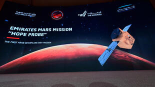 """Photo d'archives d'un écran lors du lancement de la sonde émiatie """"Hope"""" au centre spatial Mohamed ben Rached à Dubaï, le 19 juillet 2020"""