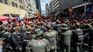 الحرس الوطني الفنزويلي أمام البرلمان خلال مظاهرة للمعارضة في 1 تشرين الثاني/نوفمبر 2016 في كراكاس