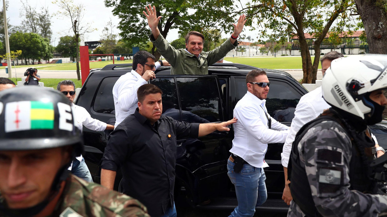 Jair Bolsonaro, candidato a la presidencia, saluda al salir del centro de votación en Río de Janeiro, Brasil, el 28 de octubre de 2018.
