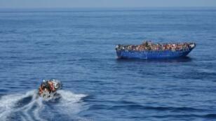 قارب يحمل مهاجرين غير شرعيين قرابة السواحل الليبية