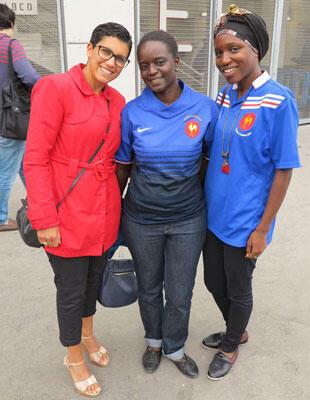 La soeur de la troisième-ligne Coumba Diallo, Tégué (au centre) a assisté à la quasi totalité de tous les matches des Bleues durant ce Mondial.