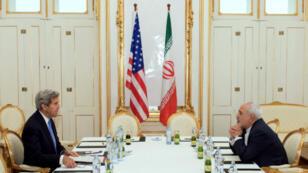 Le secrétaire d'État américain, John Kerry, et son homologue iranien, Mohammad Javad Zarif, à Vienne, le 1er juillet 2015.