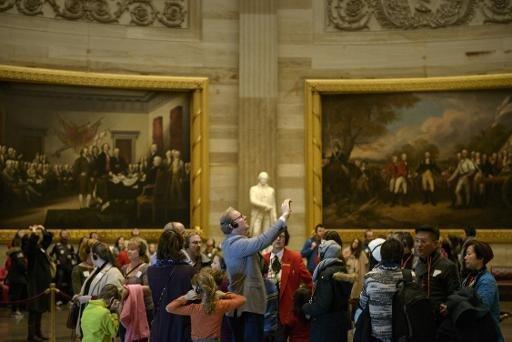"""أمريكيون يتجولون داخل مبنى """"الكابيتول"""" في 5 يناير 2015"""