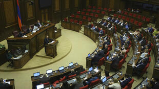 El líder opositor Nikol Pashinián se dirige a los legisladores durante una sesión parlamentaria para elegir al nuevo primer ministro interino de Armenia el 1 de mayo de 2018.