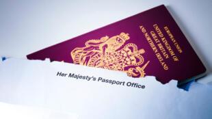 L'actuel passeport des Britanniques est bordeaux.