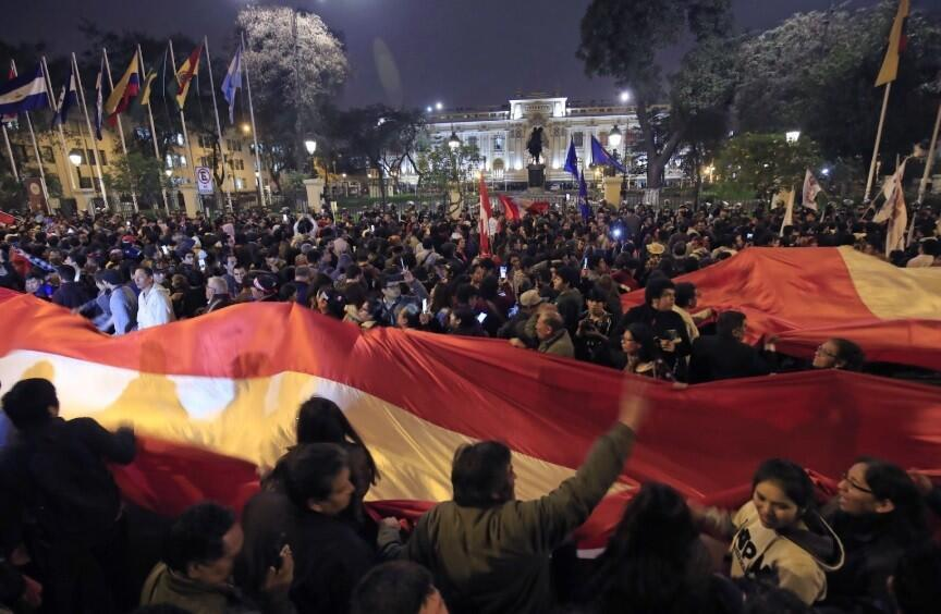 En la capital peruana, cientos de ciudadanos marcharon en apoyo a la decisión de Vizcarra para luego agolparse ante la sede del Congreso.
