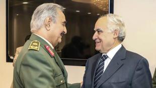 Le secrétaire général de l'ONU, Antonio Guterres, et le maréchal Khalifa Haftar, dans la base militaire de Rajma, le 5avril2019.