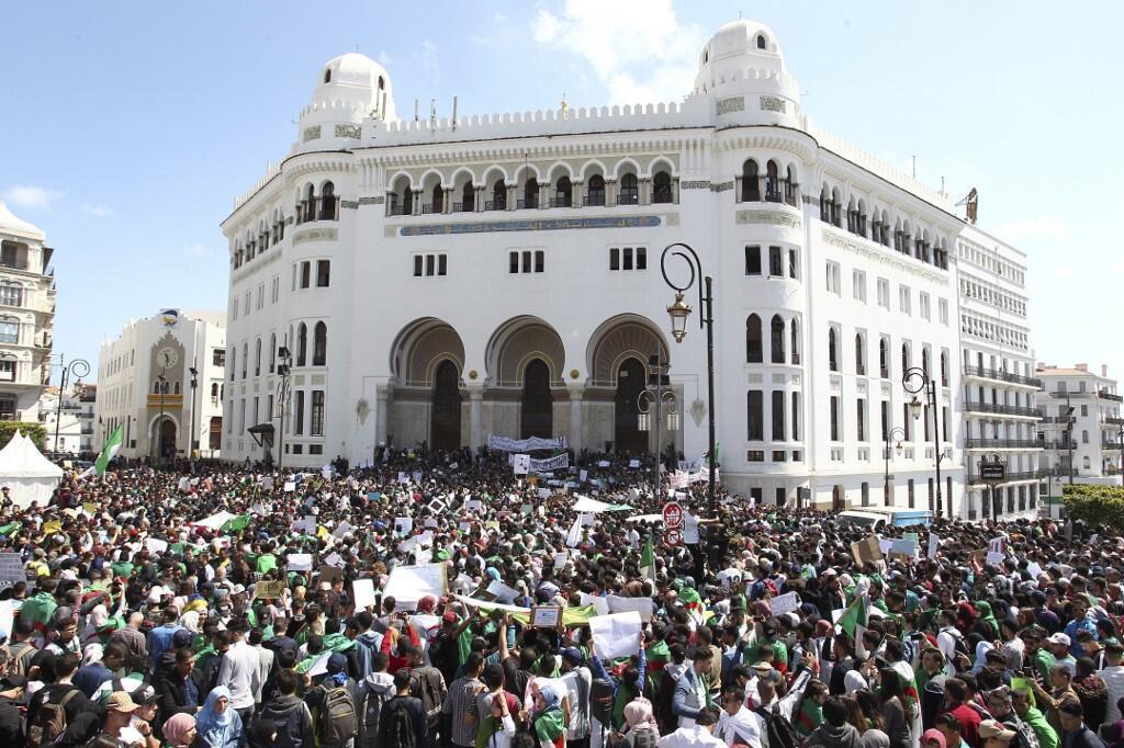 Des étudiants algériens participent à une manifestation le 16 avril 2019, devant la Grande poste d'Alger.