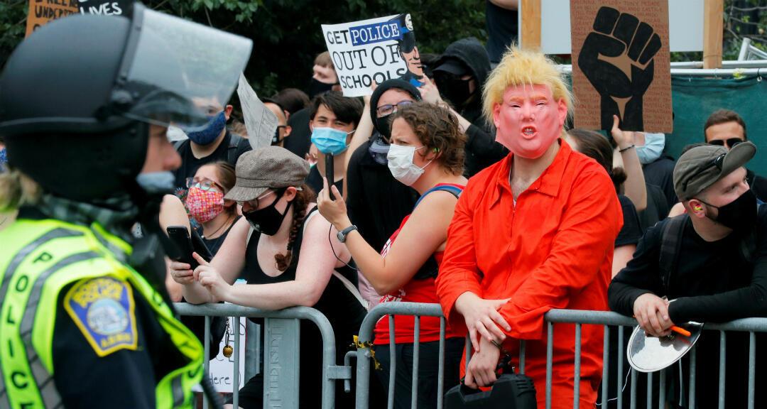 Un manifestante usa una máscara que representa al presidente de los Estados Unidos, Donald Trump, durante un mitin a favor de la policía, luego de semanas de protestas contra la desigualdad racial tras la muerte en George F.