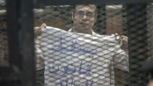 الناشط المصري أحمد ماهر خلال محاكمته في القاهرة  8 كانون الأول/ديسمبر 2013