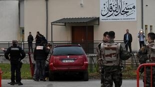 Des policiers et militaires français devant la mosquée de Valence, où un homme a agressé des militaires le 1er janvier 2016.