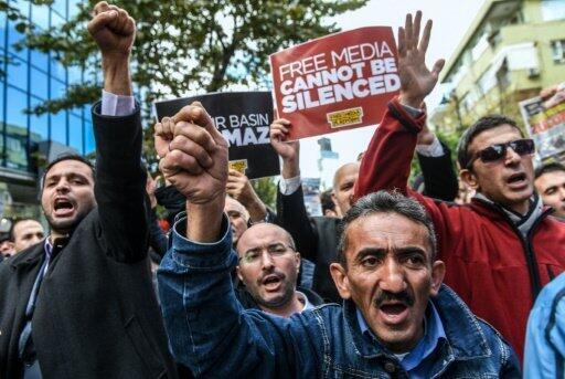 متظاهرون ضد قمع الحريات الصحافية في إسطنبول في 28 تشرين الأول/أكتوبر 2015