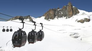 Le téléphérique relie l'Aiguille du Midi, dans les Alpes françaises, à la Pointe Helbronner, côté italien.