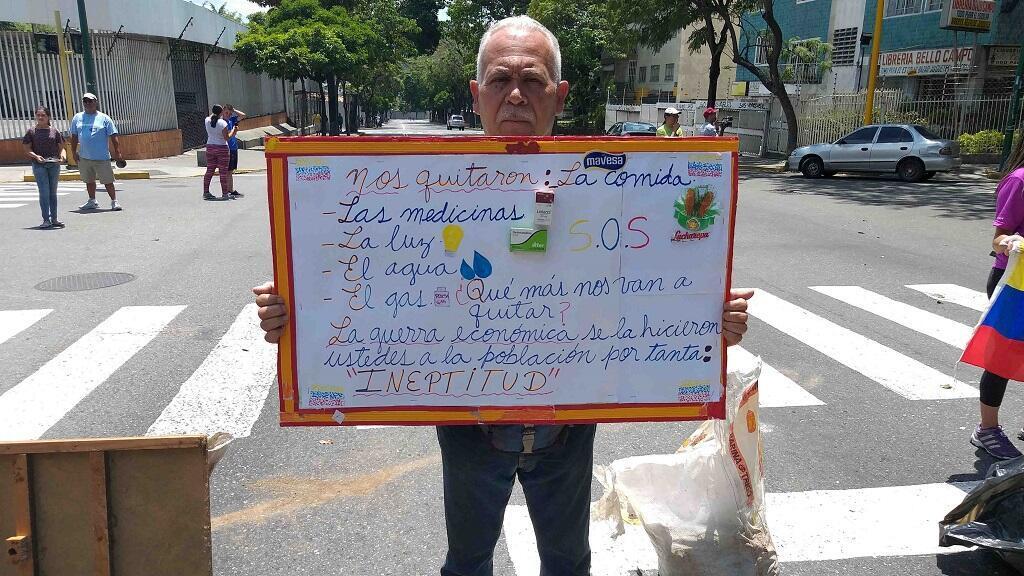 Un hombre muestra un cartel durante una protesta por el corte masivo de energía eléctrica en Caracas, el 10 de marzo de 2019