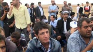 Des Kurdes turcs tentent de traverser la frontière pour rejoindre la ville de Kobani.