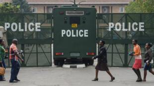 حاجز أمني أقامته السلطات الأمنية الكينية أمام مقر المحكمة العليا في نيروبي قبيل إصدار قرارها بشأن الانتخابات الرئاسية، 1 أيلول/سبتمبر 2017