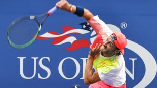 Lucas Pouille au service, avant de remporter son huitième de finale face à Rafael Nadal, le 6 septembre 2016.